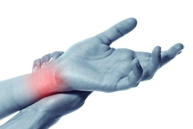 Dor nas articulações, principalmente nas mãos e pés
