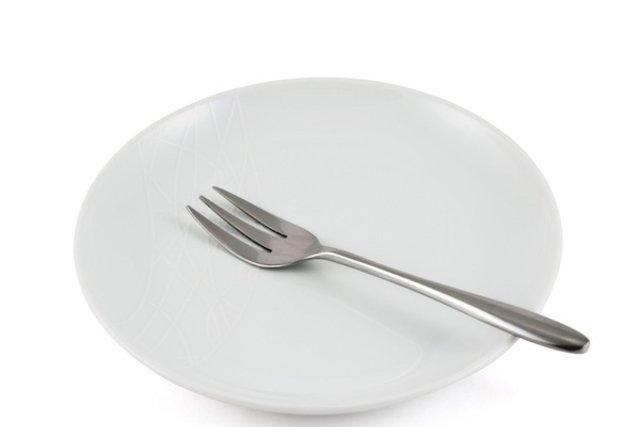 Comer em pratos pequenos e com talheres menores
