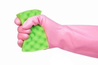 Utilizar luvas para realizar tarefas domésticas