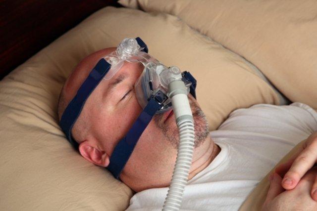 Homem usando CPAP nasal