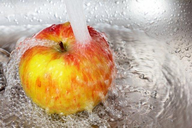 Como lavar bem frutas e verduras