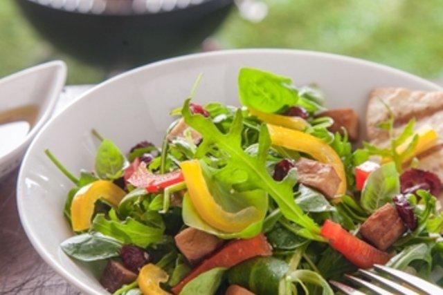 Comer salada enquanto espera a carne