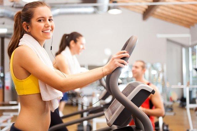 Exercício em uma grande bola de perda de peso de um estômago