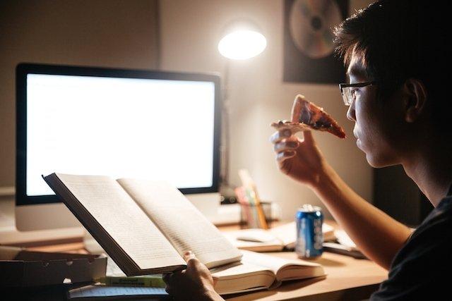 Trabalhar à noite aumenta o peso