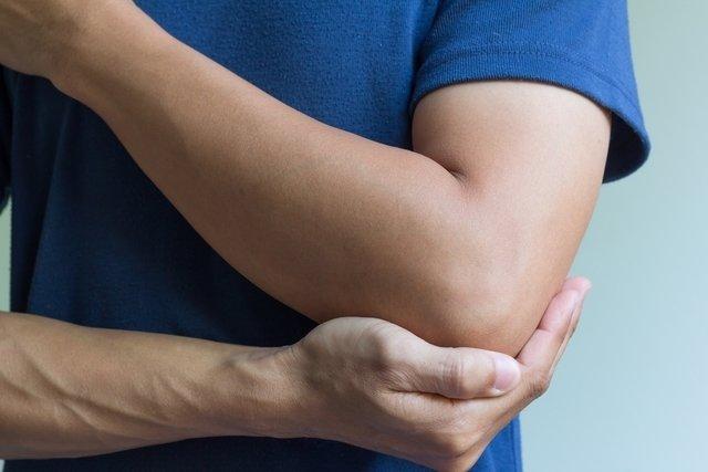 Dor nas articulações: 8 principais causas e o que fazer