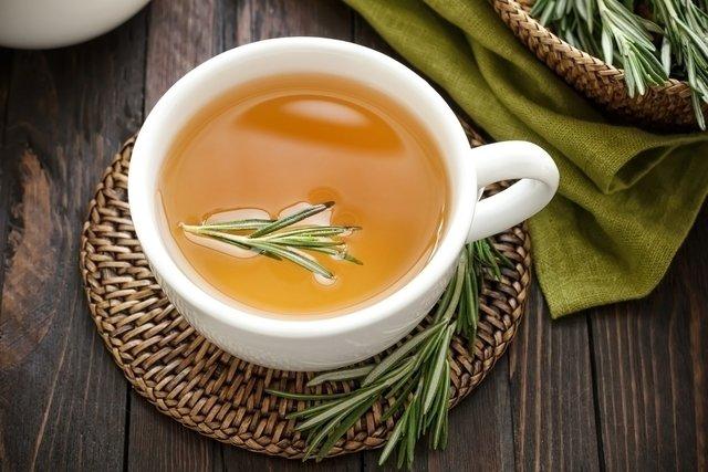 como fazer o chá de alecrim do campo