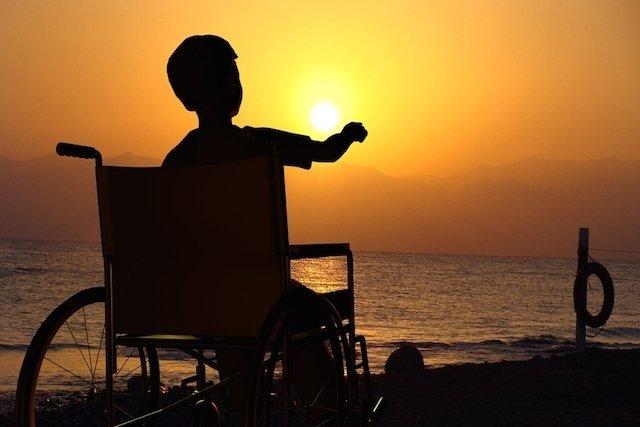 Entre 8-12 anos a criança fica dependente da cadeira de rodas