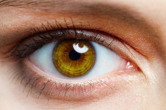 A alergia um olho e uma coceira avolumou-se