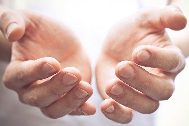 Como parar de suar nas mãos