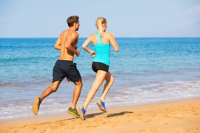 Benefícios de correr na praia