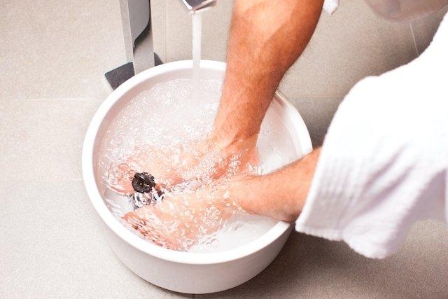 Escalda pés com sal amargo
