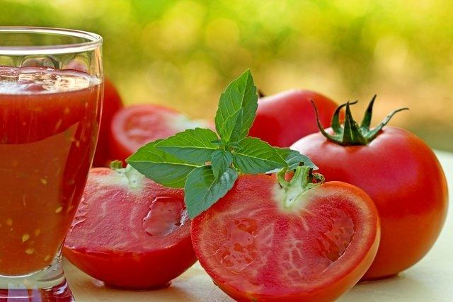 Jugo detox de tomate con limón