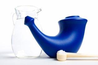 Lavador nasal, água morna e sal