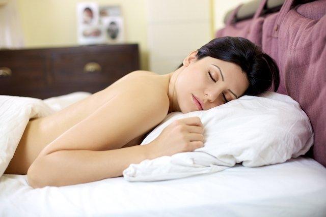 5 benefícios de dormir nu