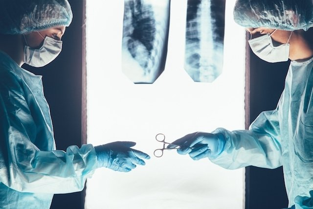 Cirurgia de hérnia de disco: como é feita, riscos e pós operatório