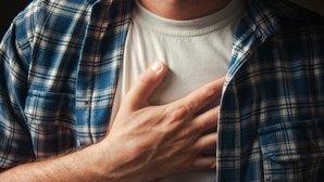 Qué puede causar dolor en el pecho y qué hacer