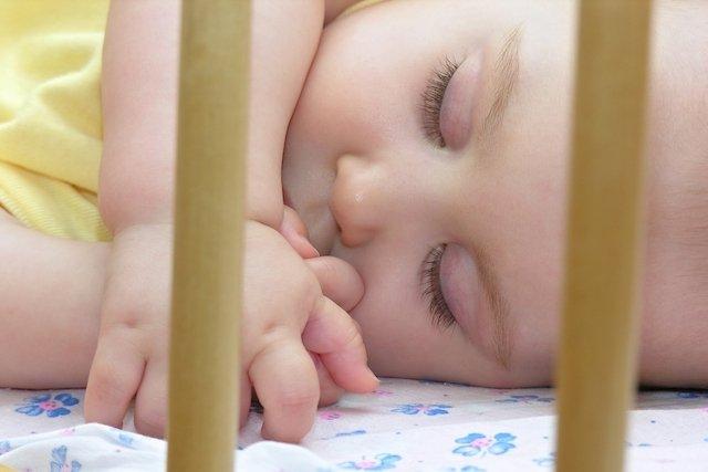 Como ensinar o bebê a dormir sozinho no berço