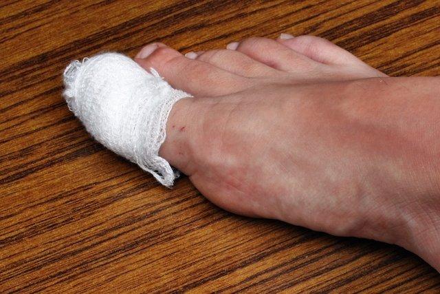A unha do dedão é que geralmente encrava