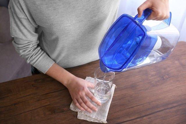 O que acontece se beber água destilada