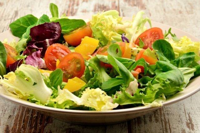 9 benefícios da alface, tipos e como consumir (com receitas)