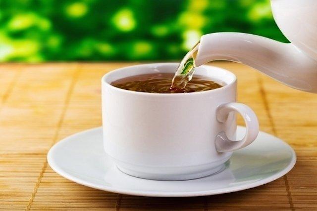 Chás diuréticos para desinchar e reduzir a retenção de líquidos
