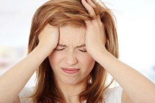 Máscara de cabelo com mostarda e ovo contra uma perda do cabelo