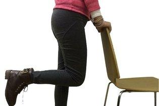 Dobrar e esticar a perna com apoio da cadeira