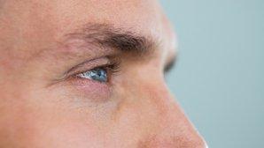 Qué causa temblor en el ojo
