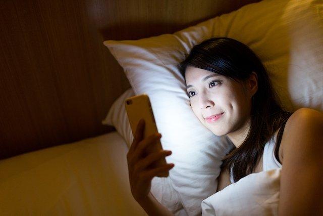Usar o celular a noite pode causar insônia - saiba se proteger