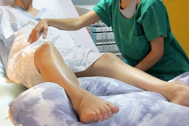 Médica aplicando pressão na parte superior do útero
