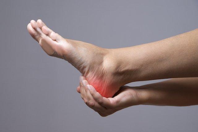 7 causas de dor no calcanhar e o que fazer em cada caso