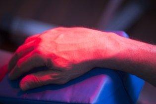 Para que serve a luz infravermelha na fisioterapia e como usar
