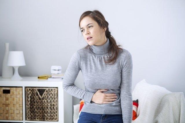 Dor na boca do estômago: 6 causas e o que fazer
