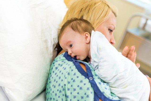 Sintomas de refluxo em bebê, principais causas e tratamento