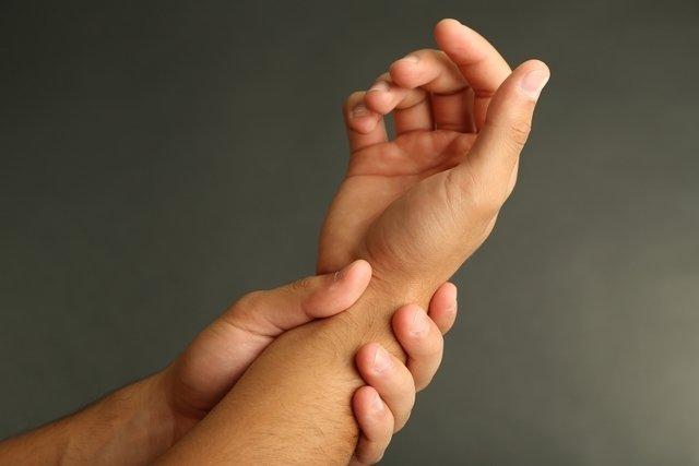 Dor nas juntas dos dedos: 6 principais causas (e o que fazer)
