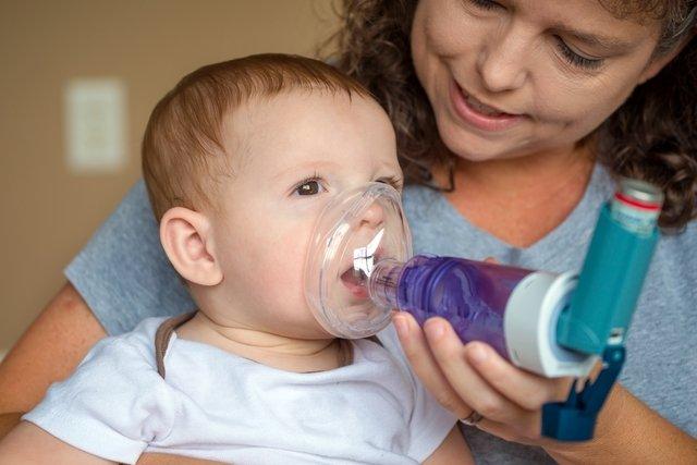 Bombinha da asma com espaçador para bebês