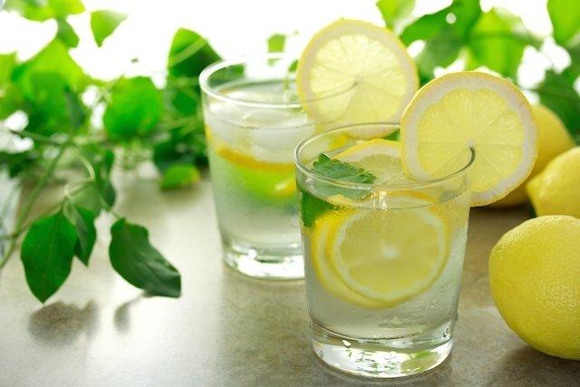 Como usar a água e o limão para soltar o intestino