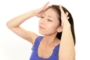 Massagear o couro cabeludo