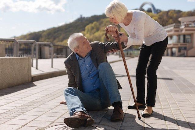 8 principais riscos de quedas em idosos e como evitar