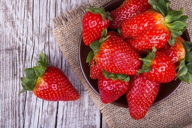 6 benefícios do morango para a saúde (com receitas saudáveis)