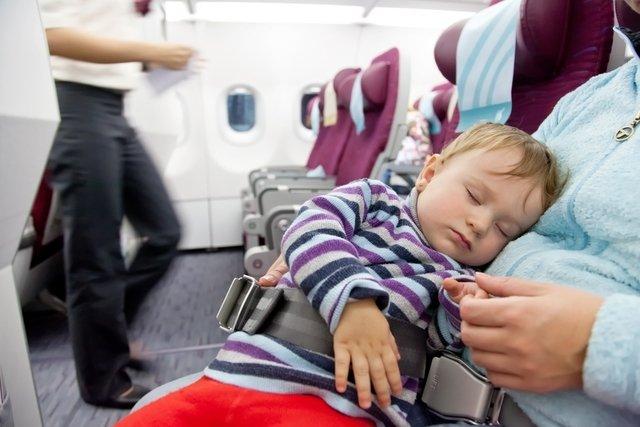 Cinto de segurança do bebê preso ao cinto de segurança da mãe