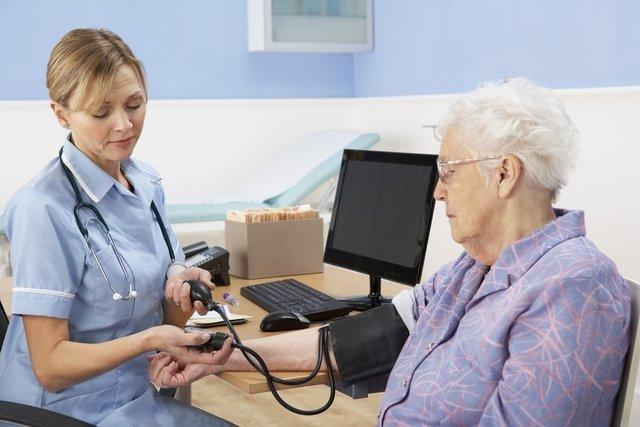 Como identificar e controlar a pressão alta no idoso