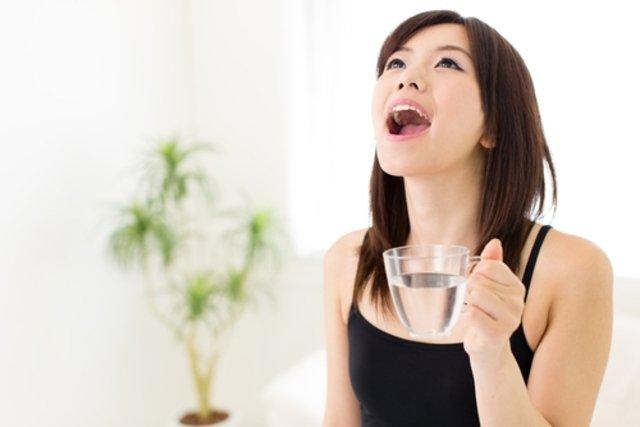 Fazer gargarejos com água e sal