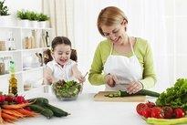 Deixar a criança ajudar na cozinha