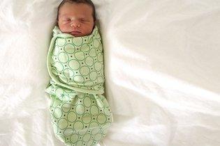 Bebê enrolado na manta