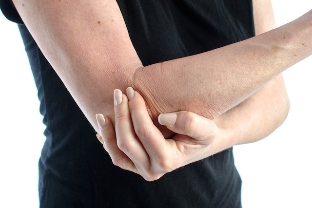 What can cause right arm pain and what to do