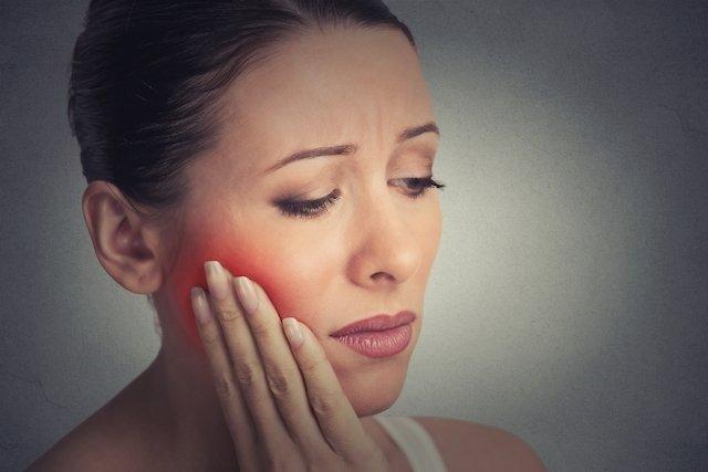 Glândulas salivares inchadas (sialoadenite): o que é, sintomas e tratamento
