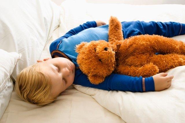5 passos para ensinar seu filho a não fazer xixi na cama