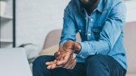 Dor nas mãos: 10 principais causas e o que fazer