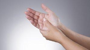 Qué puede causar hormigueo en las manos y en los brazos (y qué hacer)